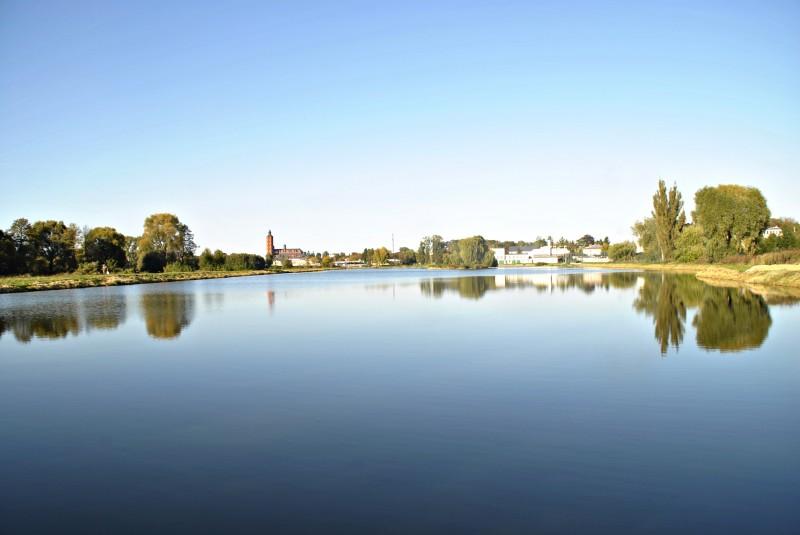 Ścieżki rowerowe, deptak i basen ze zjeżdżalnią przy łosickim zalewie.