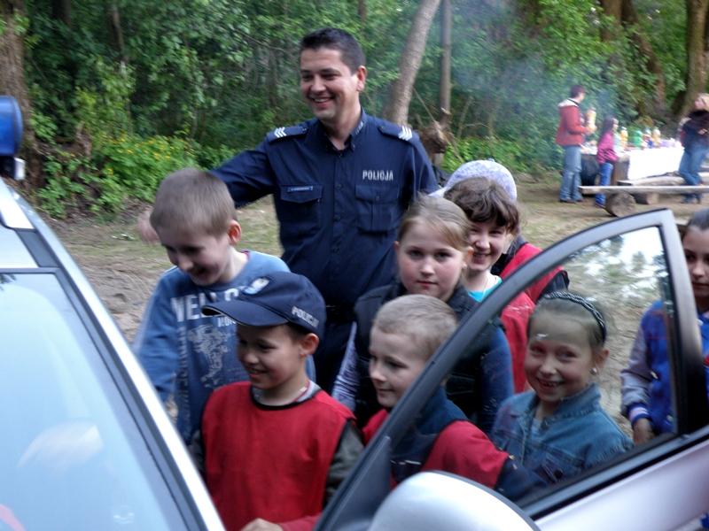 Nowy plac zabaw, policjanci i dzieci